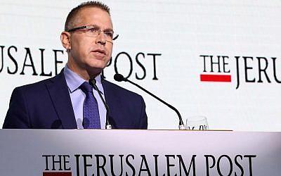 Le ministre de la Sécurité publique Gilad Erdan prend la parole lors d'une conférence diplomatique du Jerusalem Post, le 21 novembre 2018 (Sivan Farag)