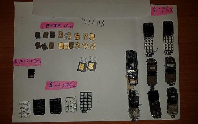 Photo non-datée fournie par un porte-parole de la police montrant les téléphones et autres équipements cellulaires retrouvés sur un ado palestinien soupçonné d'avoir tenté de les livrer à des prisonniers sécuritaires à la prison d'Ofer, en Cisjordanie (Crédit : Police israélienne)