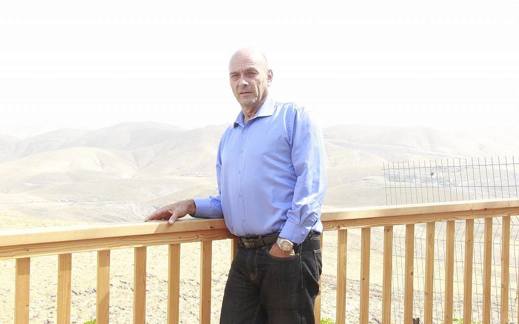 Avi Arieli chez lui, dans l'implantation de Kfar Adumim, le 21 octobre 2018. (Jacob Magid/Times of Israel)