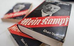 """Illustration : Une édition allemande de """"Mein Kampf"""" (Mon combat) d'Adolf Hitler exposée à l'Institut d'histoire contemporaine de Munich, le 11 décembre 2015. (Matthias Balk/dpa via AP, Archives)"""