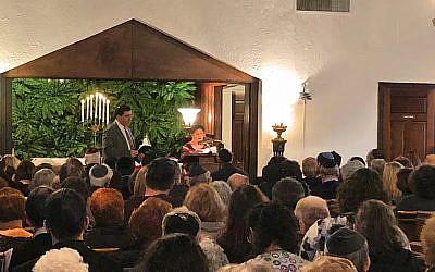Le rabbin Jonathan Perlman (à gauche) de la synagogue conservatrice de la congrégation New Light à Pittsburgh aux funérailles de son fidèle Melvin Wax, 31 octobre 2018. (Crédit : Amanda Borschel-Dan / Times of Israel)