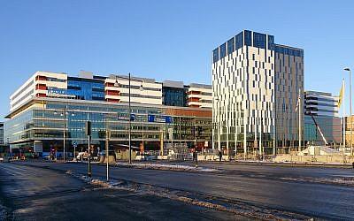 Le nouvel hôpital universitaire Karolinska Solna en construction au mois de décembre 2016 (Crédit : Wikipedia / Holger Ellgaard / CC BY-SA)