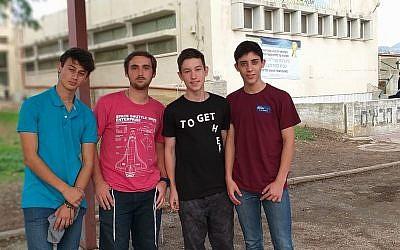 Les lycéens fondateurs de la startup Enter+. De gauche à droite : Emmanual Leibovici, 17 ans, le vice-président Moshe Schwartzberg, 16 ans, le PDG Ariel Safanov,16 ans et Elazar Zabari, 16 ans. (Crédit : Ariel Safanov)