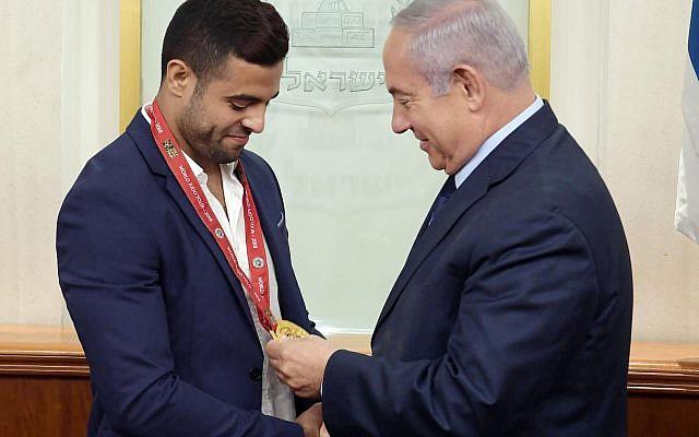 Le Premier ministre Benjamen Netanyahu félicite le judoka Sagi Muki pour sa médaille d'or remportée au Tournoi du Grand Chelem d'Abu Dhabi, (Émirats arabes unis) au cabinet du Premier ministre à Jérusalem, le 8 novembre 2018. (Crédit photo: GPO)