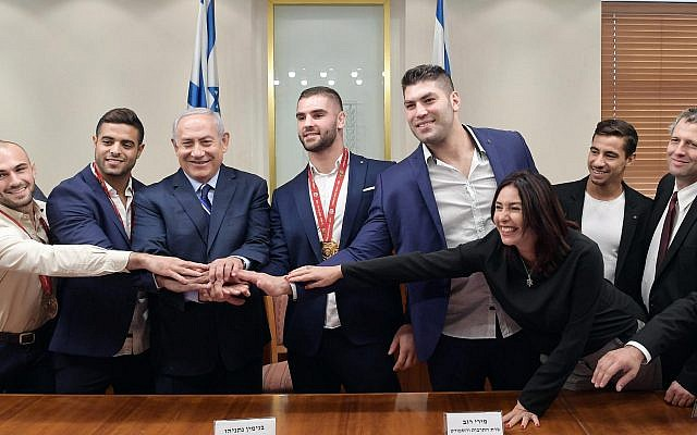 Le Premier ministre Benjamen Netanyahu et la ministre de la Culture et des Sports Miri Regev, entourés par les membres de l'équipe nationale de Judo, au cabinet du Premier ministre à Jérusalem, le 8 novembre 2018.  (Crédit photo: GPO)