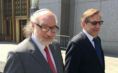 Jonathan Pollard (à gauche), et son avocat Eliot Lauer quittent le tribunal fédéral de New York après une audience, le 22 juillet 2016. (Crédit : AP/Larry Neumeister, Archives)