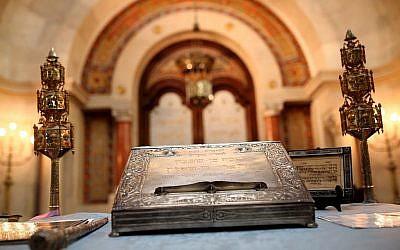 Des objets de culte juifs dans une synagogue de Lisbonne, en 2015, (Crédit :: AP Photo/Francisco Seco)