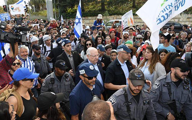 Le président Reuven Rivlin rencontre les jeunes des localités proches de Gaza qui ont organisé une marche vers Jérusalem pour protester contre la situation sécuritaire de leur région, à leur arrivée dans la capitale, le 8 novembre 2018. (Crédit : Haim Zach, GPO)