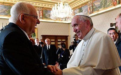 Le président Reuven Rivlin, à gauche, et le pape François, au Vatican, le 15 novembre 2018. (Crédit : Kobi Gideon/GPO)