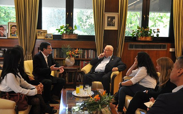 Le président Reuven Rivlin reçoit la famille de Mireille Knoll à la résidence présidentielle, le 12 novembre 2018. (Crédit : Kobi Gideon/GPO)