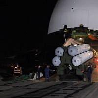 Capture d'écran d'une vidéo montrant la livraison de missiles de défense aérienne russes S-300 à la Syrie. (YouTube)