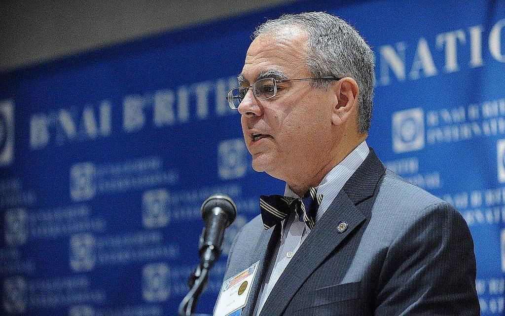 """Charles O. Kaufman présente lors du B'nai B'rith International Leadership Forum à Washington, DC en 2015, une rencontre avec la productrice Nancy Spielberg, qui a présenté son film """"Above and Beyond"""" aux participants. (Autorisation)"""