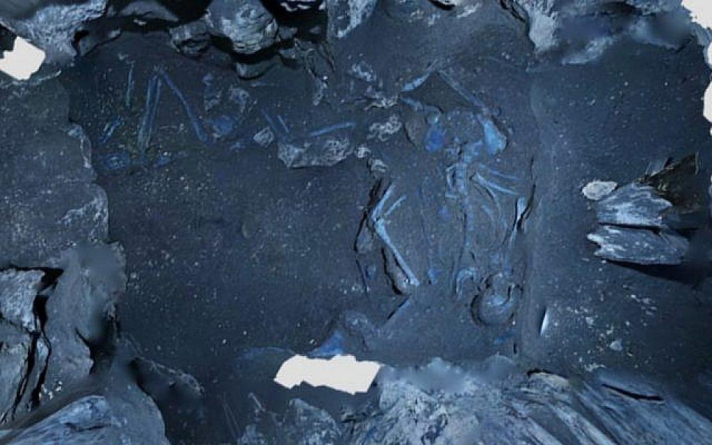 Une  orthophotographie créée à partir d'un modèle 3D montrant un adulte masculin (au centre) et un adulte féminin (au fond) durant les fouilles d'un site mortuaire vieux de 3600 ans à Megiddo. (Crédit : Adam Prins et Robert S. Homsher)