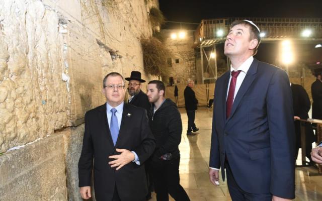 L'Ambassadeur d'Israël à Prague, Daniel Meron, à gauche, accompagne le ministre tchèque des Affaires étrangères, Tomáš Petříček, au mur Occidental à Jérusalem, le 13 novembre 2018 (Crédit : Twitter)