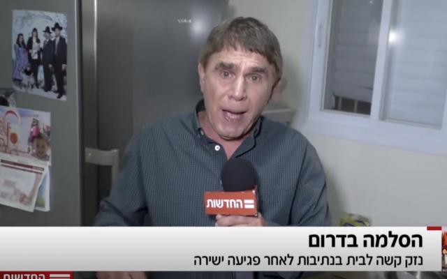 Le journaliste de Hadashot TV, Moshe Nussbaum, dans une maison de Nétivot touchée par un éclat d'obus tiré d'une roquette lancée par le Hamas, le 12 novembre 2018 (Crédit : journal Hadashot TV)