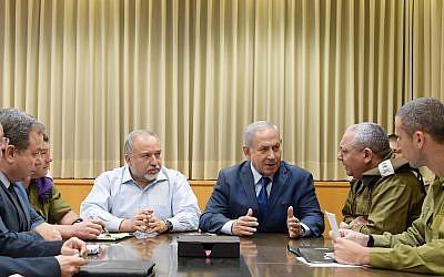 Le Premier ministre Benjamin Netanyahu en réunion d'urgence à Tel Aviv, le 12 novembre 2018 (Crédit : Amos Ben Gershom/GPO)