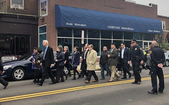 Les amis et la famille de  Bernice et Sylvan Simon lors de leurs funérailles, le 1er novembre 2018 (Crédit : Arielle Kaplan/JTA)