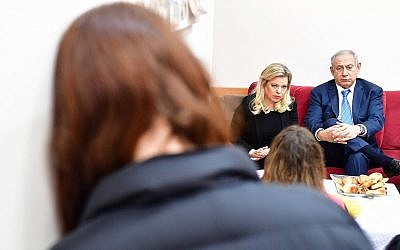 Le Premier ministre Benjamin Netanyahu et son épouse Sara dans un refuge pour femmes victimes de violences à Jérusalem, le 25 novembre 2018 (Crédit : Kobi Gideon/GPO)
