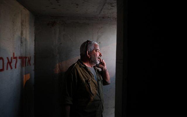 Un homme se tient dans un abri anti-bombe pendant que des sirènes avertissent les résidents des tirs des roquettes tirées depuis Gaza sur Israël. (Crédit : Hadas Parush / Flash90)