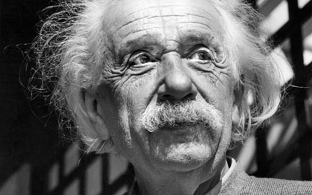 Albert Einstein, chez lui à Princeton, New Jersey, juin 1954. (Crédit : AP Photo, File)