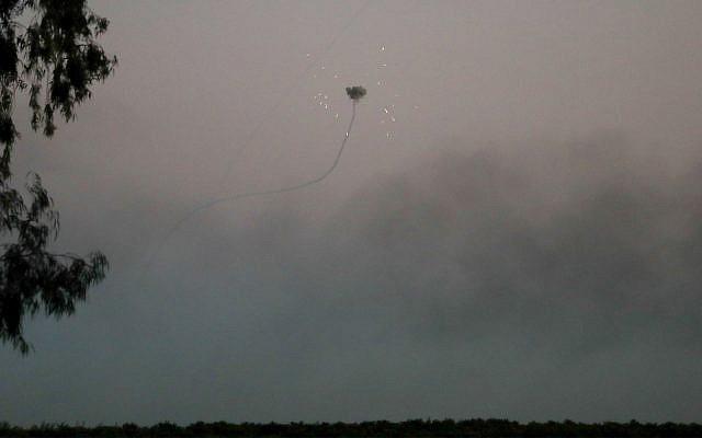 Des batteries anti-missiles du Dôme de fer interceptent des roquettes tirées depuis Gaza, dans le sud d'Israël, le 12 novembre 2018. (Crédit : Hadas Parush / Flash90)