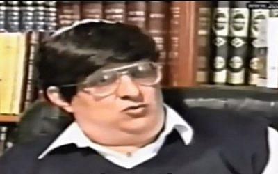 Le militant des droits de l'Homme Uzi Mushalem. (Crédit : capture d'écran YouTube)