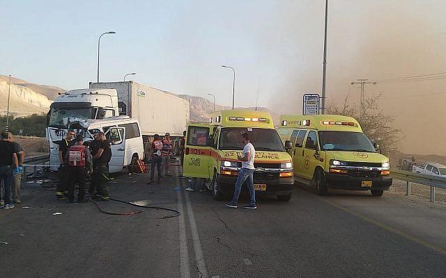La scène d'une collision mortelle à proximité du carrefour de Petzael sur la route 90 dans la vallée du Jourdain, le 4 novembre 2018 (Autorisation :  Magen David Adom)