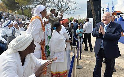 Des Israéliens d'origine éthiopienne accueillent le président Reuven Rivlin à la fête du Sigd, à Jérusalem, le 7 novembre 2018. (Crédit : Kobi Gideon/GPO)