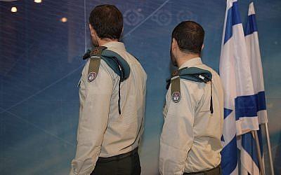 Les généraux Yod (à droite ) et Aleph, de la division de cyber-défense du Tech Center du département de la Défense et des cyber-communications de l'armée israélienne. (Crédit : armée israélienne)
