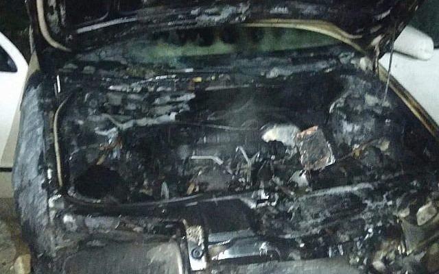 Un véhicule incendié dans un présumé crime de haine dans le village d'Urif, dans le nord de la Cisjordanie, le 14 novembre 2018. (Crédit : police israélienne)