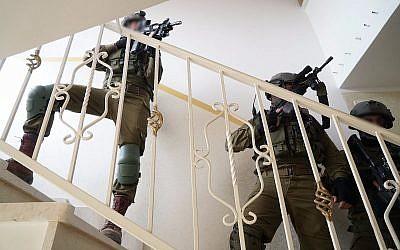 Les soldats israéliens mènent un raid dans l'habitation de Ashraf Walid Suleiman Naalowa à Shuweika, village du nord de la Cisjordanie,  le 7 octobre 2018 (Crédit : Armée israélienne)
