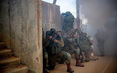 Des soldats de la brigade d'infanterie Kfir durant un exercice de simulation de guerre contre le groupe terroriste du Hamas dans la bande de Gaaza, en novembre 2018. (Crédit : Israel Defense Forces)