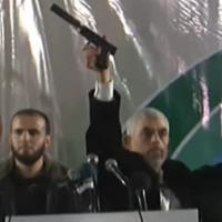 Le chef du Hamas à Gaza Yahya Sinwar tient une arme à feu qui aurait appartenu aux forces spéciales israéliennes pendant un échange de tirs survenu le 11 novembre dans la bande de Gaza, le 16 novembre 2018 (Capture d'écran : YouTube)