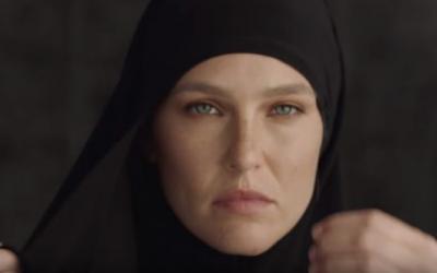 La top-modèle israélienne Bar Refaeli apparaît dans la publicité de la marque de vêtements israélienne Hoodies. (Capture d'écran YouTube)