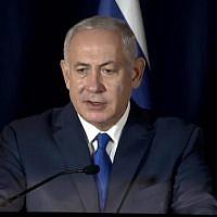 Le Premier ministre Benjamin Netanyahu lors d'une conférence de presse à Paris, en France, le 11 novembre 2018 (Crédit : capture d'écran GPO)