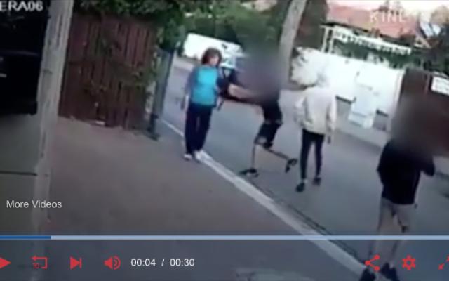 Capture d'écran de la vidéo  prise par une caméra de surveillance de l'agression de Reli Shemesh, survivante de la Shoah de 76 ans, par trois adolescents à Kfar Saba, le 21 novembre 2018.