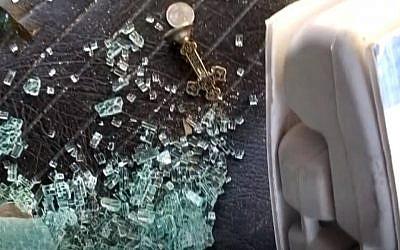 une croix de fer déposée dans un foodtruck vandalisé à Austin, au Texas, le 3 novembre 2018. (Crédit : Screenshot/KVUE)