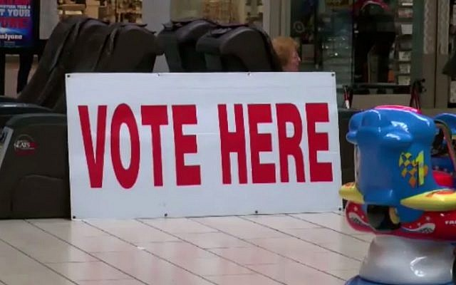 Illustration d'un panneau dans un bureau de vote américain qui enregistre des votes anticipés. Les élections de mi-mandat de novembre 2018 polarisent la société américaine. (Crédit : capture d'écran YouTube)