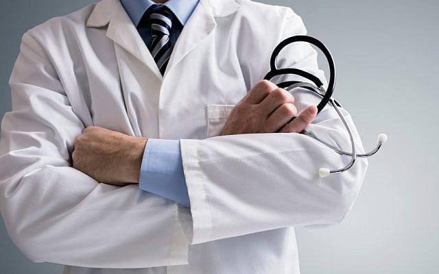 Photo d'illustration : Un médecin avec son stéthoscope (Crédit : BrianAJackson / Getty Images)