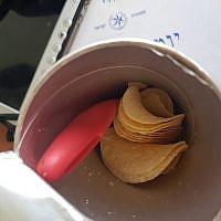 Un couteau caché dans une boîte de Pringles dans le sac d'une Palestinienne, découvert aux checkpoint de Qalandiya, le 19 novembre 2018 (Crédit : Police israélienne)