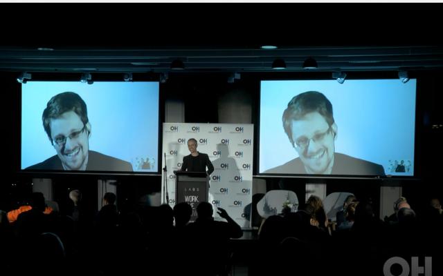 Edward Snowden s'adresse à des journalistes et des invités lors d'un événement à Tel Aviv produit par l'agence de relations publiques Orenstein Hoshen (Autorisation)