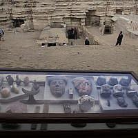 Des artefacts retrouvés dans une tombe des pyramides de  Saqqara, le 10 novembre 2018. (Crédit : Nariman El-Mofty/AP)
