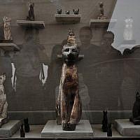 Une statue de chat en bronze retrouvée dans une tombe des pyramides de  Saqqara, le 10 novembre 2018. (Crédit : Nariman El-Mofty/AP)