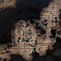Un papyrus mis sous verre, retrouvé dans une tombe des pyramides de  Saqqara, le 10 novembre 2018. (Crédit : Nariman El-Mofty/AP)