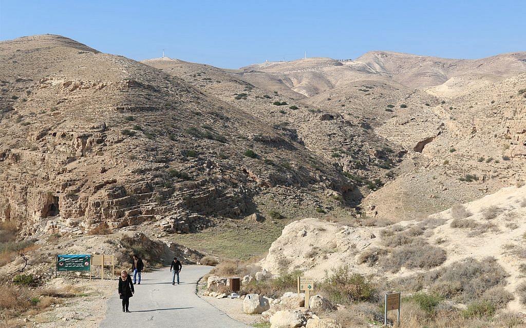 Le chemin menant à la source Ein Fawwar  dans le désert de Judée (Crédit : Shmuel Bar-Am)