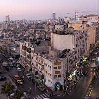 Le centre-ville de Ramallah (Crédit : Nati Shohat/Flash90)