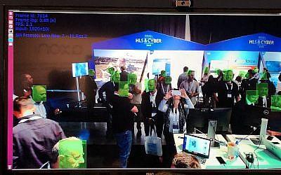 Les visiteurs du 5e Salon international de la sécurité intérieure et de la cybersécurité, Tel Aviv, sont pris en charge par un logiciel de surveillance qui utilise la reconnaissance faciale, 13 novembre 2018. (Sue Surkes/Times of Israel)
