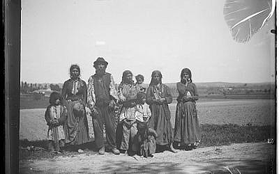"""""""Famille de Bohémiens"""", Eugène Trutat, conservée au Muséum de Toulouse. (Domaine public)"""