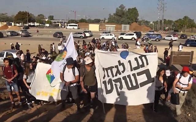 Des lycéens de la périphérie de Gaza commencent une marche de 90 kilomètres, soit cinq jours, reliant Sdérot à la Knesset pour mettre un terme aux difficultés sécuritaires de la zone (Capture d'écran : YouTube)