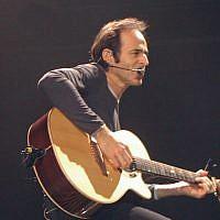 Jean-Jacques Goldman en concert en 2002 au Zénith de Paris (Crédit: Goldman0001/Wikimedia Commons)